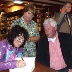 Elise signeert, Rie Holtkamp kijkt toe
